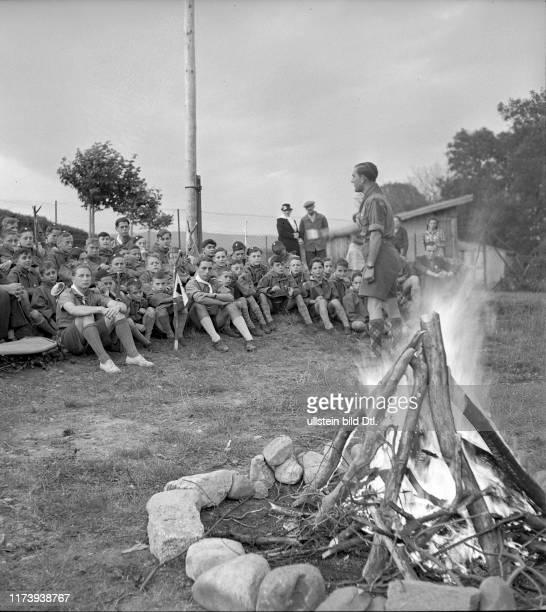 Feierliche Zeremonie bei Feuerstelle#Ceremonial act next to camp fire