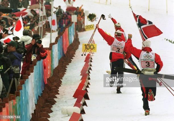 Feiern lassen sich die norwegischen Athleten von den Zuschauern nach dem abschließenden 4 x 5 kmStaffelrennen der Nordischen Kombination am 2021998...