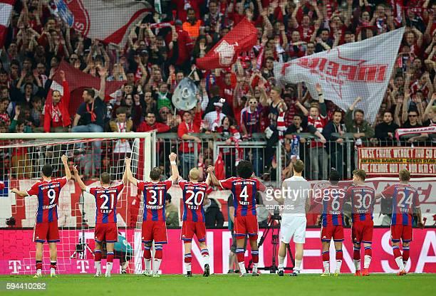feiern nach dem Sieg die fast sicherr Meisterschaft mit den Fans Die Spieler des FC Bayern München FC Bayern München Hertrha BSC Berlin 1 Fussball...