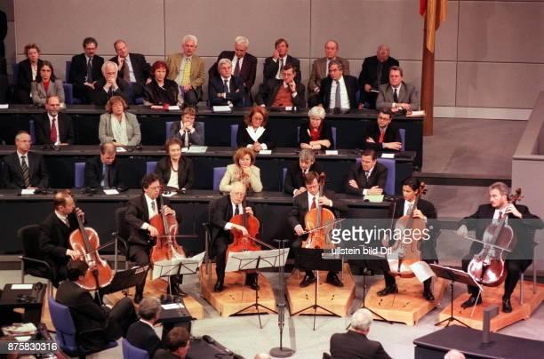 Feierstunde des deutschen Bundestages Vor der voll besetzten Regierungsbank spielen Cellisten unter Mstislaw Rostropowitsch eine Sonate
