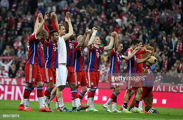 Feierten die fast sicher meisterschaft bayern Spiler mit der der Laola Welle vor den Fans Bastian SCHWEINSTEIGER FC Bayern München Fußball 1....