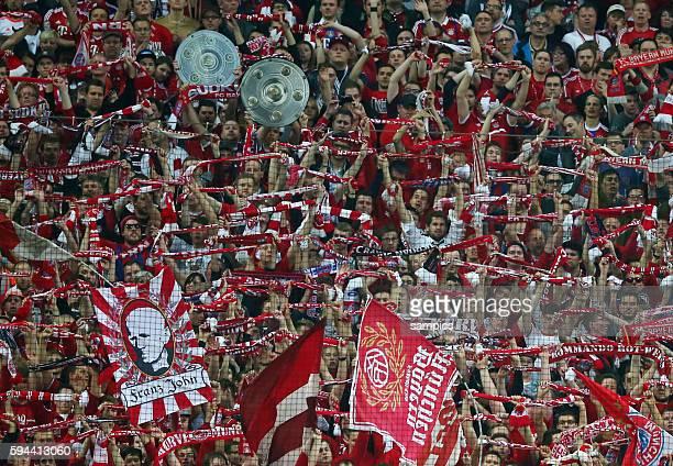 feierten mit ihren Fans die schon fast sicher Meisterschaft die Spieler des FC Bayern FC Bayern München Hertrha BSC Berlin 10 1 Fussball Bundesliga...