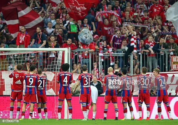 Feierten mit ihren Fans die schon fast sicher Meisterschaft die Spieler des FC Bayern FC Bayern München - Hertrha BSC Berlin 1:0 1 Fussball...