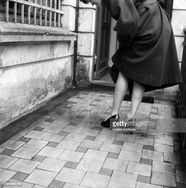 Feine Naht auf der Rückseite einer Damenstrumpfhose, Hamburg 1956.