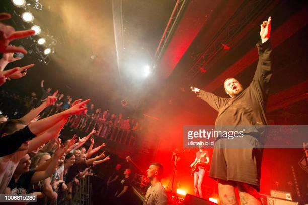 Feine Sahne Fischfilet die deutsche Punkband mit Jan Gorkow Christoph Sell Olaf Ney Jacobus North Kai Irrgang Max Bobzin bei einem Konzert in Hamburg...