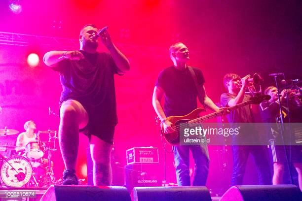 Feine Sahne Fischfilet die deutsche Punkband mit Saenger Jan Monchi Gorkow bei einem Konzert beim MS Dockville Festival in HamburgWilhelmsburg vom...