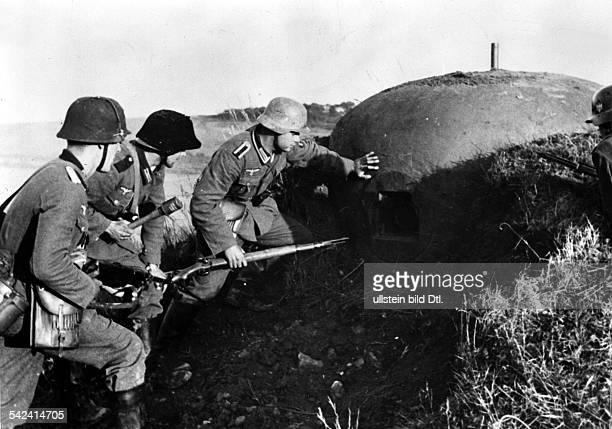 WK II Feldzug gegen Frankreich deutsche Soldaten untersuchen einen eroberten Bunker der MaginotLinie 1940