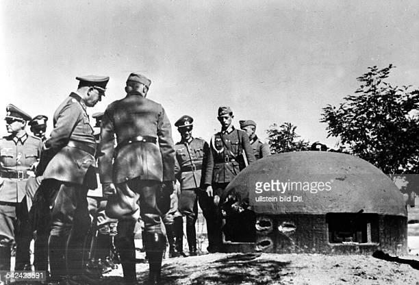 WK II Feldzug gegen Frankreich Offizier der Wehrmacht vor einem eroberten Panzerwerk der MaginotLinie 1940