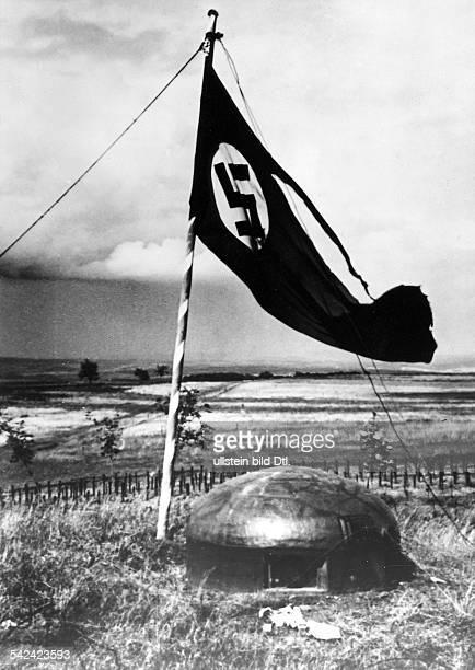 WK II Feldzug gegen FrankreichHakenkreuzflagge weht ueber einemeroberten Panzerwerk der MaginotLinie 1940