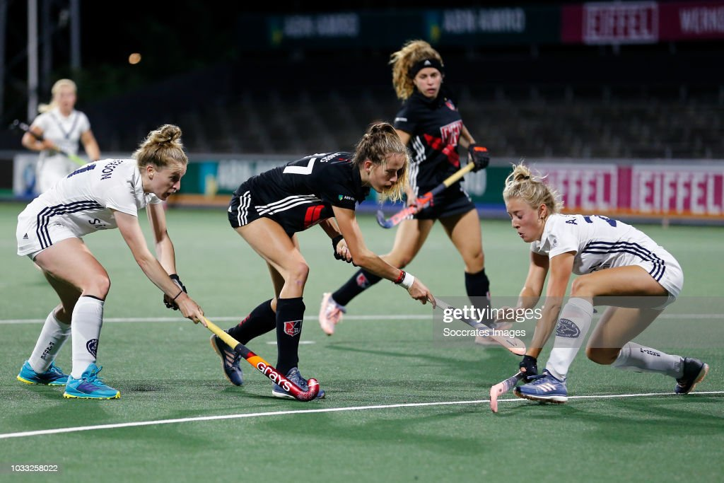 Felice Albers of Amsterdam Dames 1, Cecile Knuvers of Pinoke Dames 1 during the Hoofdklasse Women match between Amsterdam v Pinoke at the Wagener Stadium on September 14, 2018 in Amsterdam Netherlands