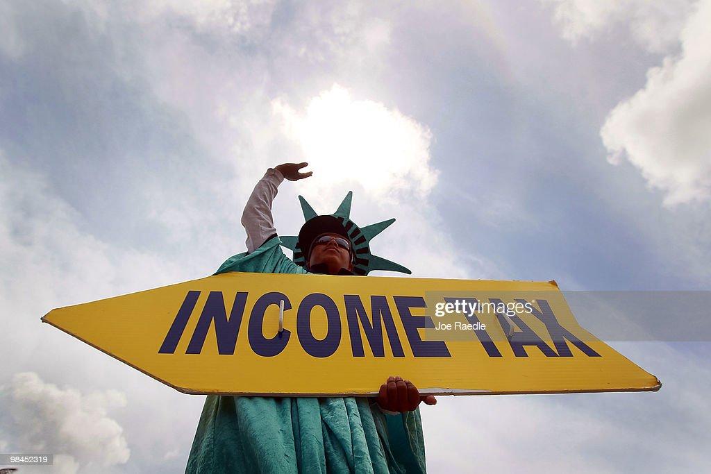 Tax Preparers Work To Meet Tomorrow's Deadline : News Photo