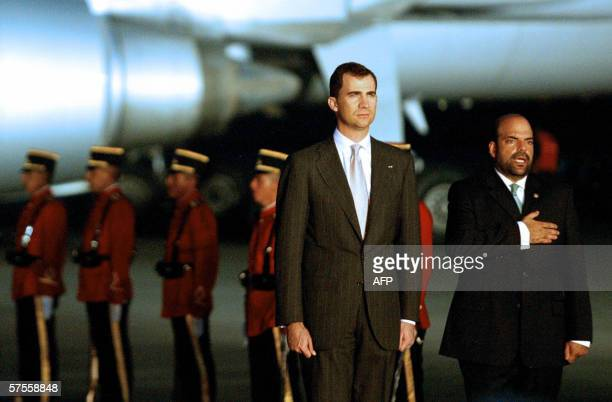 Felipe de Borbon , principe de Asturias, junto a Eduardo Calix, viceministro de Relaciones Exteriores de El Salvador, el 08 de mayo 2006 a su llegada...