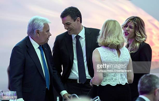 Felipe Gonzalez Pedro Sanchez Mar Garcia Vaquero and Begona Gomez attend the dinner for the 40th anniversay of 'El Pais' newspaper and the ceremony...