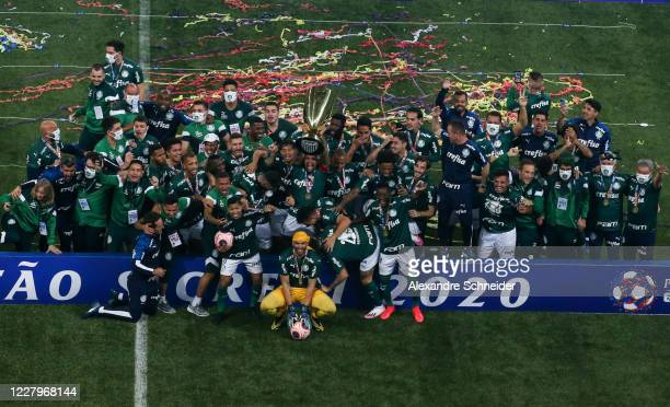 Felipe Melo of Palmeiras holds up the trophy with teammates as they celebrate winning the match between Corinthians and Palmeiras as part of the...