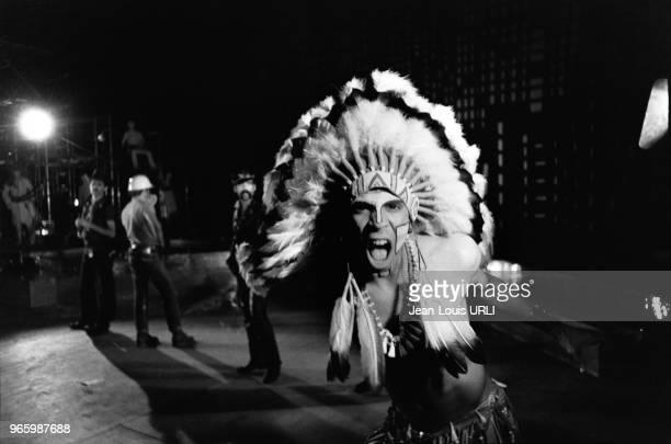 Felipe Rose le chanteur tenant le rôle de l'indien dans le groupe 'Village people' sur la scène du Palace à Paris France en octobre 1978 devant les...