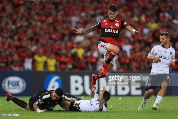 Felipe Vizeu of Flamengo struggles for the ball with goalkeeper Martin Campana and Alan Franco of Independiente during the second leg of the Copa...