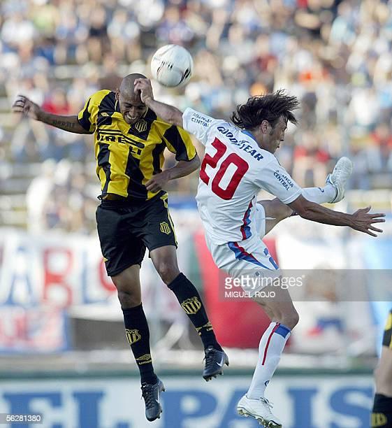 Felix Garcia de Penarol disputa el balon con Luis Romero de Nacional en partido clasico del futbol uruguayo el 27 de noviembre de 2005 en el Estadio...