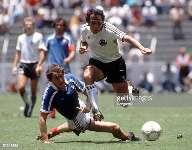 WM 1986 in Mexiko LAENDERSPIEL/HALBFINALE DEUTSCHLAND FRANKREICH 20 Felix MAGATH/GER FERNANDEZ/FRA