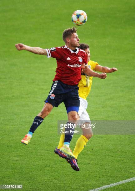 Felix Mueller of SpVgg Unterhaching is challenged by Jannis Kuebler of FC Carl Zeiss Jena during the 3 Liga match between SpVgg Unterhaching and FC...