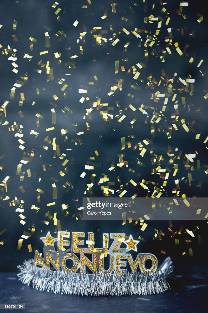 """"""" feliz año nuevo"""" message in a party tiara with confetti : Stock-Foto"""