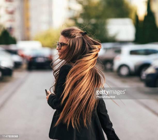 felling freiheit. lange haare. rückblick - langes haar stock-fotos und bilder