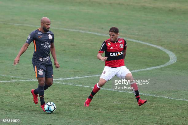 Fellipe Bastos of Corinthians struggles for the ball with a Gustavo Cuellar of Flamengo during the Brasileirao Series A 2017 match between Flamengo...