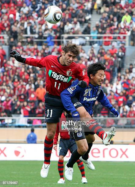 Fellype Gabriel of Kashima Antlers and Hideo Hashimoto of Gamba Osaka compete for the ball during the Xerox Super Soccer match between Kashima...
