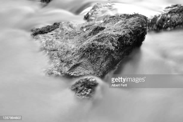 fels im fließenden wasser - wasser imagens e fotografias de stock