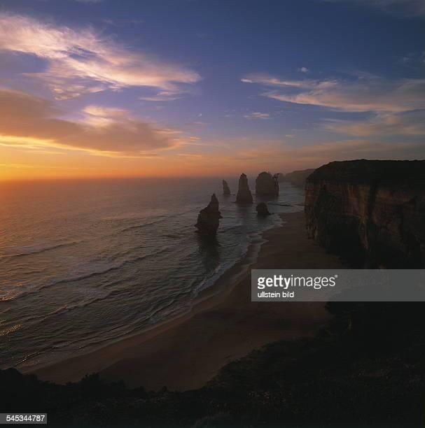 Felsformation Zwölf Apostel an der Great Ocean Road im Sonnenuntergang 2000