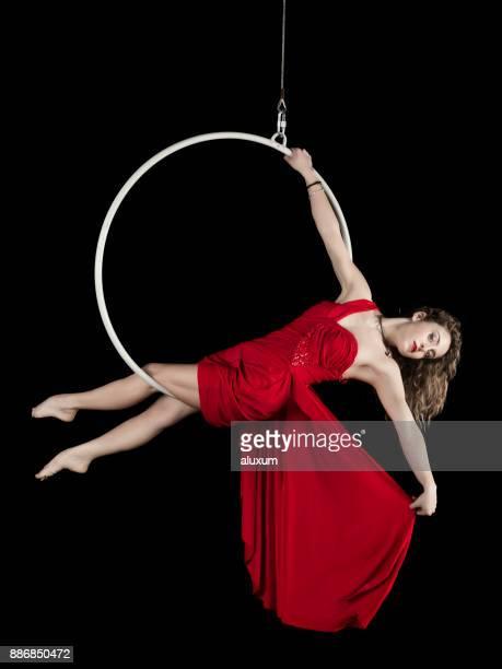 赤いドレスの女性の空中ダンサー - 空中曲芸師 ストックフォトと画像