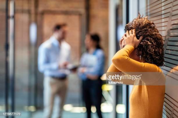 女性アフリカ系アメリカ人のサラリーマンは悪いニュースに否定的に反応します - 無礼 ストックフォトと画像