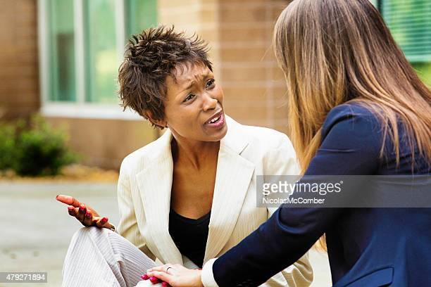 Weibliche African American Büroangestellter reagiert negativ, um schlechte Nachrichten