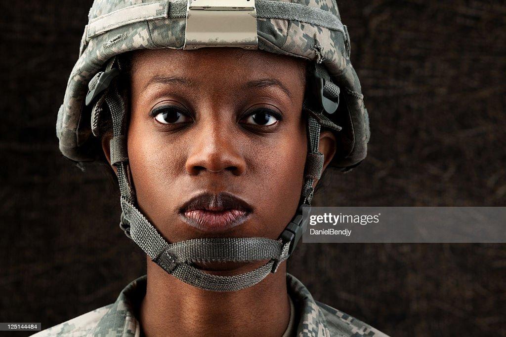 Mujer afroamericana Soldier serie: Contra fondo marrón oscuro : Foto de stock