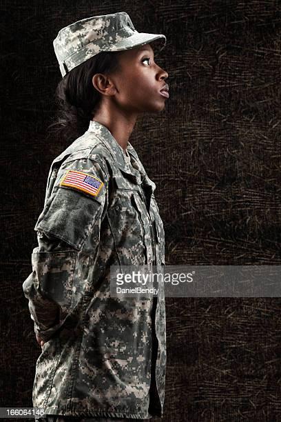Femme afro-américaine Soldier Series: Contre Fond marron foncé