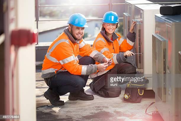 Weibliche Klimaanlage Techniker mit Ihrem Vorgesetzten