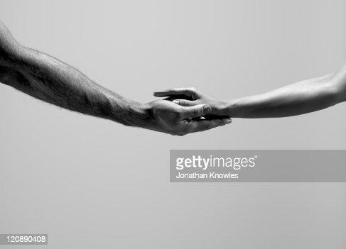 7 216 Fotos E Imágenes De Manos Agarradas Blanco Y Negro Getty Images