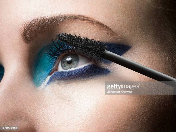 female applying mascara, close up - 化妝品 個照片及圖片檔