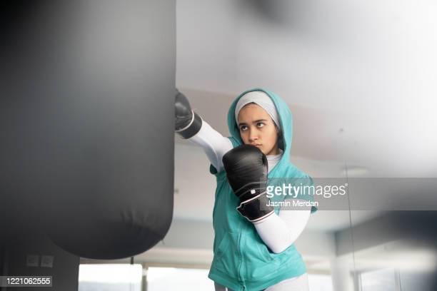 female arabic kickboxer fighter training - combat sport photos et images de collection