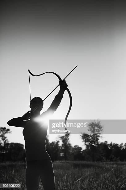 Femme tir dans le domaine au coucher du soleil