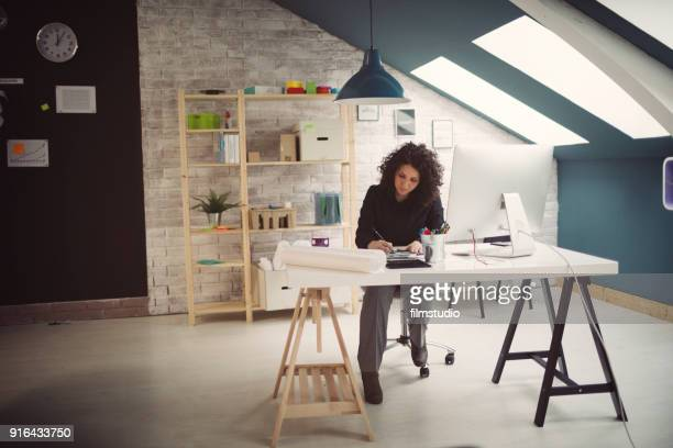arquiteto feminino no trabalho - vestuário de trabalho - fotografias e filmes do acervo