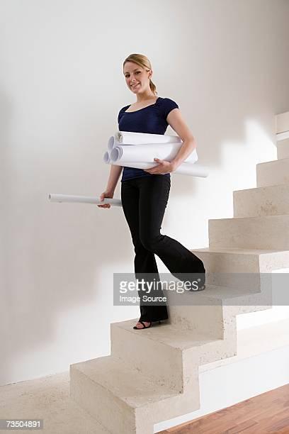 Femme architecte porter plan