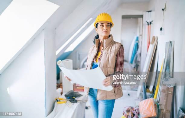 建設現場の青写真を見る女性建築家 - 女性建築家 ストックフォトと画像