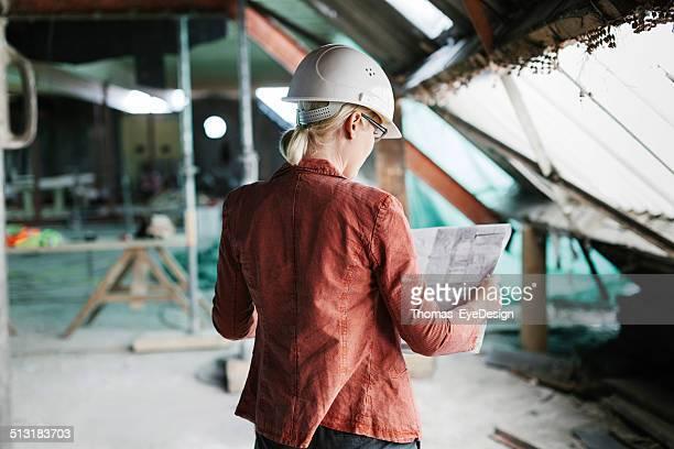 Weibliche Architekt über Werkzeuge