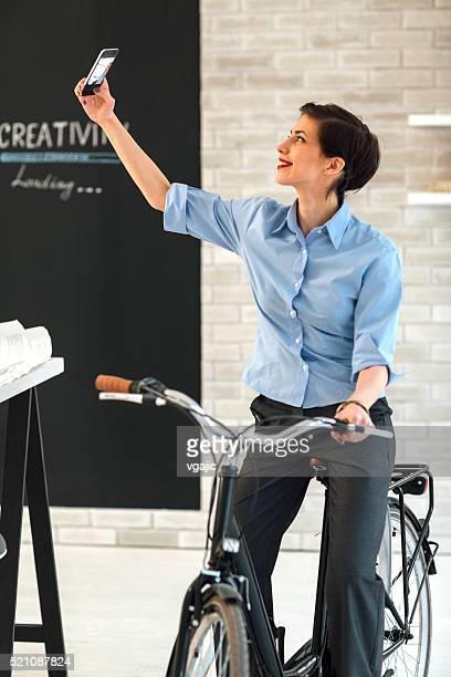 Femme architecte faisant des autophotos dans son bureau.