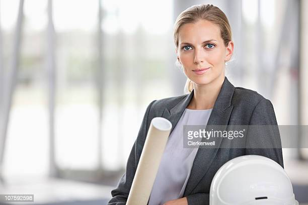 Weibliche Architekt mit Bauarbeiterhelm und Blau Muster, Porträt
