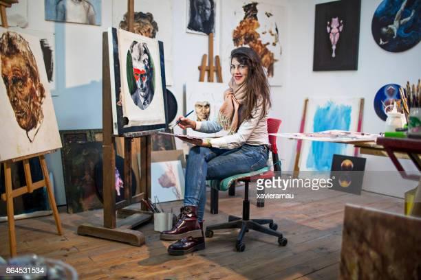 Artiste féminine dans son atelier, entourée de son art de la peinture