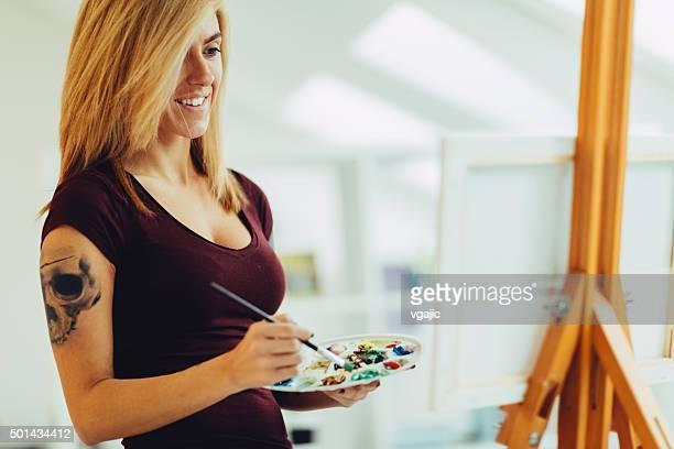 Weibliche Künstler malen.