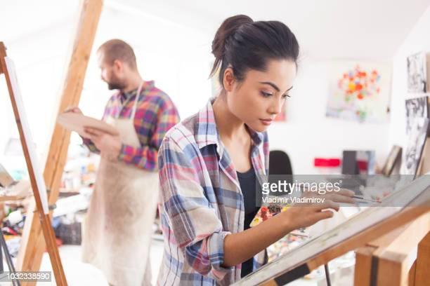 mulheres artistas no estúdio de desenho - arte e artesanato assunto - fotografias e filmes do acervo