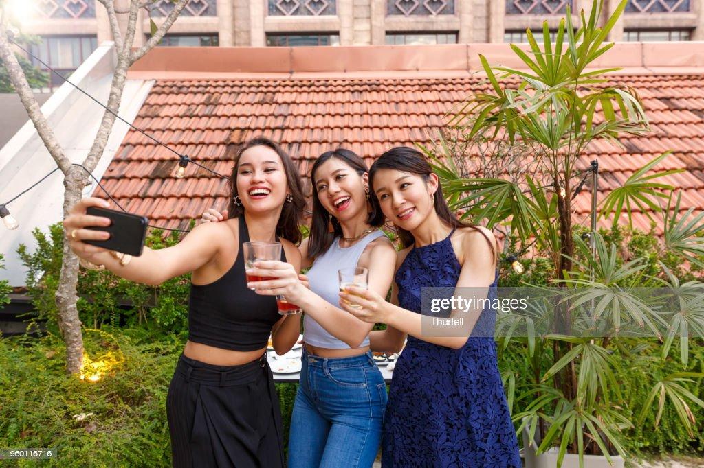 Asiatischen Freundinnen unter Selfies auf Outdoor-Dach Top Party : Stock-Foto