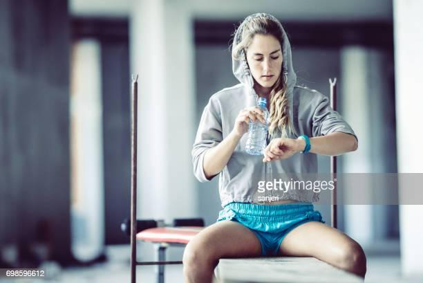 Atleta femenina comprobar su frecuencia cardíaca en un rastreador de Fitness